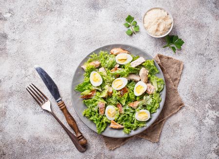 Ensalada César con huevos de codorniz, pollo a la plancha y queso parmesano Foto de archivo