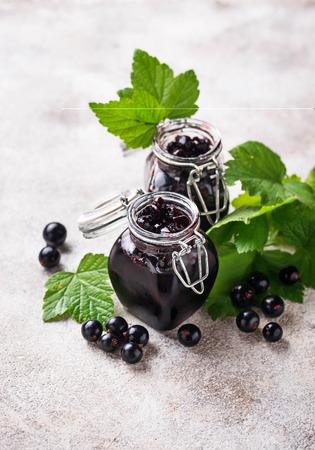Black currant jam in jar Stockfoto