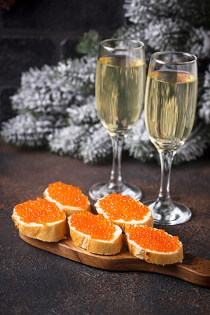 Toasts with red salmon caviar and champagne 版權商用圖片