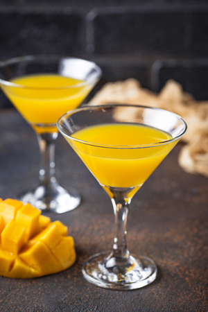 Tropical cocktail with mango on dark background Banque d'images - 119157052