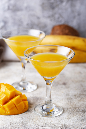 Tropical cocktail with mango on light background Banque d'images - 119157066