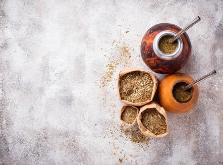 Traditioneller argentinischer Yerba Mate Tee mit Kalebasse und Bombilla Standard-Bild