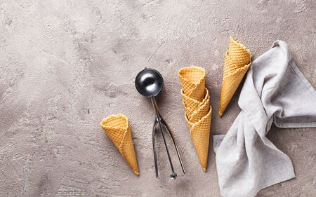 Scoop and empty waffle cones for ice cream Banque d'images - 124806993