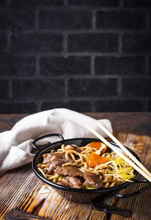 Asian noodles with meat, vegetables and soybean sprouts Imagens - 124927278