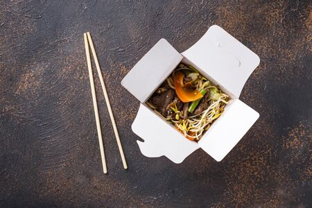 Asian noodles with meat, vegetables and soybean sprouts