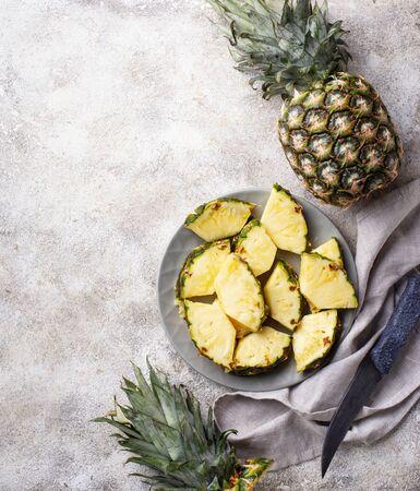 Fresh ripe sliced pineapple on grey plate Zdjęcie Seryjne - 129204121