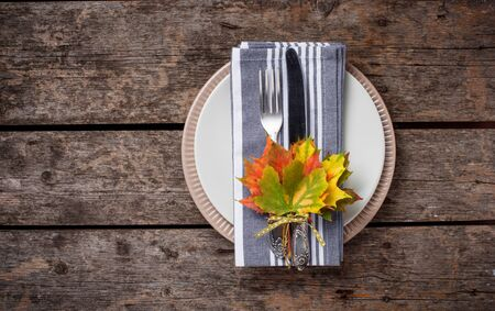 Autumn table setting with colorful leaves Zdjęcie Seryjne