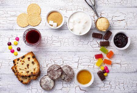 Prodotti malsani ricchi di zucchero. Cibo a base di carboidrati semplici. Archivio Fotografico