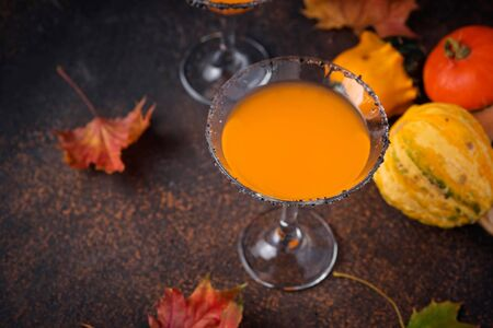 Halloweens pumpkin martini cocktail. Drink for party Stockfoto