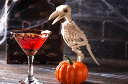 Halloweens drink red martini cocktail Stockfoto