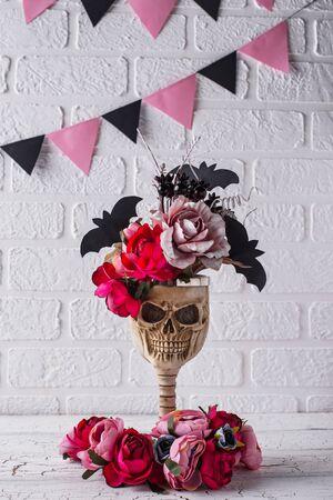 Skull bowl with pink flower Imagens