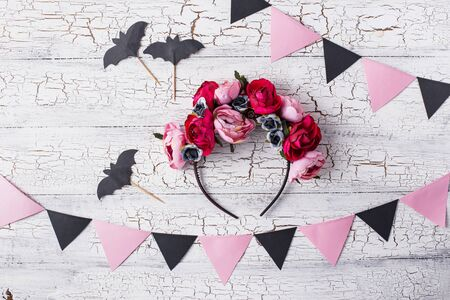 Accessories for Halloween with wreath of pink flowers Banco de Imagens - 133669911