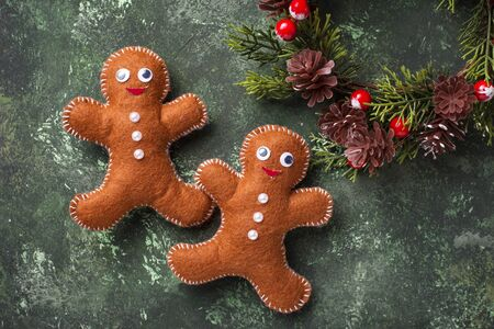 Christmas background with gingerbread men made of felt 写真素材 - 133669952