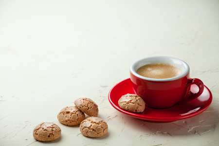 Coffee in a red cup and italian traditional cookies Zdjęcie Seryjne