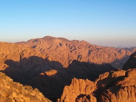 monte sinai: Vista desde la cima de la montaña del Sinaí, Egipto Foto de archivo