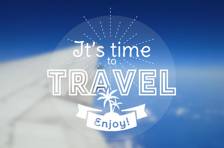 viagem: É hora de viajar! Cartão do vetor com emblema tipográfica. fundo desfocado com uma asa de avião. poster do vetor.