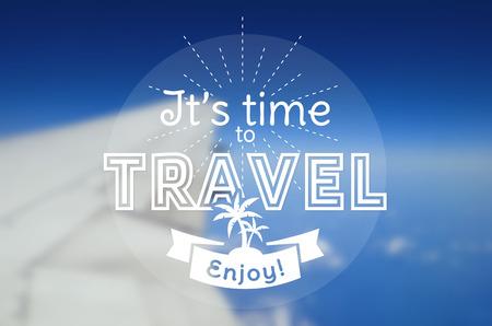 Es hora de viajar! Tarjeta del vector con insignia tipográfica. fondo borroso con un ala de avión. Vector del cartel. Ilustración de vector