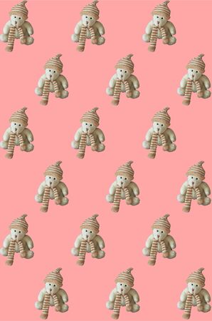 Seamless pattern, toy teddy bear on a pink background. Vertical. Stockfoto - 130738453