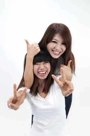 chicas divirtiendose: ni�as asi�tica que se divierten con pulgares