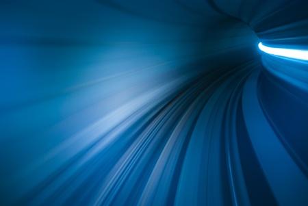 sentier: Motion blur du mouvement en tunnel
