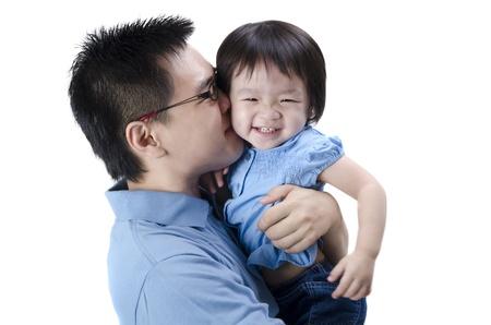 亚裔父亲和daugther有被隔绝的白色背景
