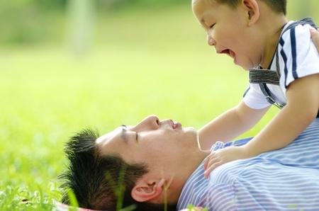 familia jugando: familia asi�tica jugar al aire libre