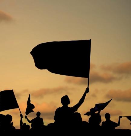 silhouette de manifestants de la rue avec des drapeaux et des bannières