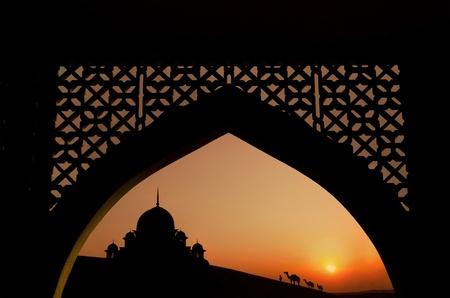 prayer tower: Silhouette di architettura arabo sul deserto