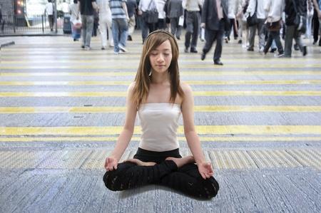 hustle: ragazza asiatica rilassato in mezzo a una strada trafficata in hong kong, concentrarsi sulla ragazza
