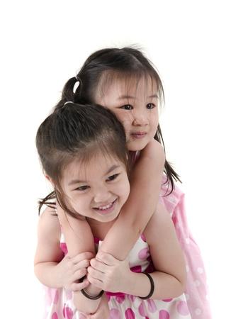 poco: Dos niñas comparten una manzana