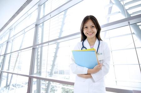 bata de laboratorio: asiática mezclada raza malaya estudiante de medicina