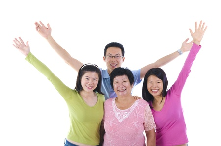 manos levantadas: Familia asiática feliz aisladas sobre fondo blanco