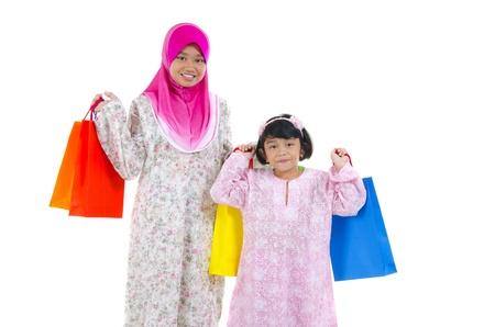femmes muslim: les femmes musulmanes avec des sacs � provisions Banque d'images