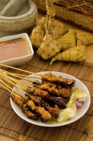 aliments et de satay malais sur la configuration lowlight photo