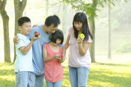 asia family: asia familiar al aire libre Foto de archivo