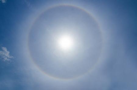 gloriole: Halo fen�meno Sun, en Malasia 02 de octubre 2012, Fen�meno natural atmosf�rica causada por las nubes de hielo Foto de archivo