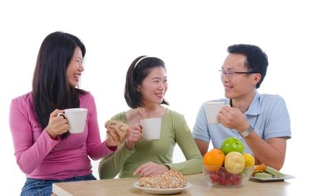 familia comiendo: iwht asiático cena familiar aislar el fondo blanco Foto de archivo