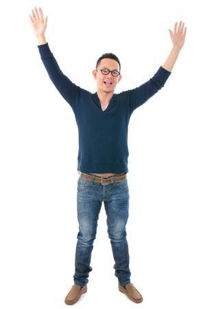 manos levantadas: ocasional hombre asiático con las manos en alto Foto de archivo