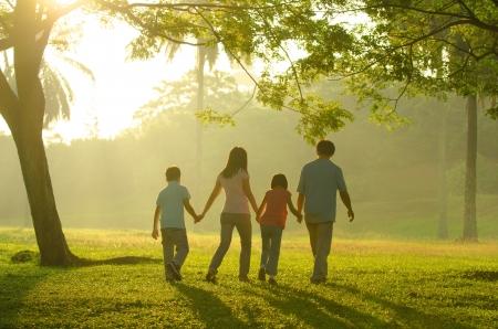 가족: 가족 야외 양질의 시간을 즐거움, 아시아 사람들은 아름다운 일출 동안 실루엣