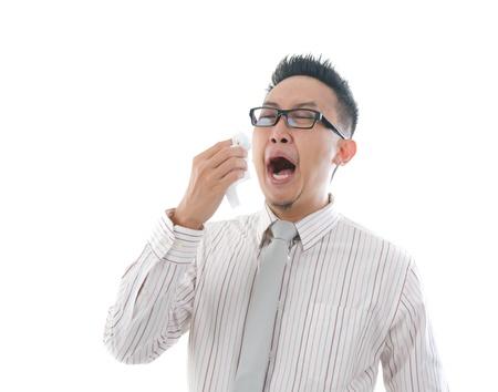 estornudo: hombre de negocios asiático que tiene una gripe enferma