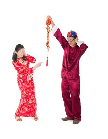 galletas integrales: familia Año Nuevo chino que juega petardos