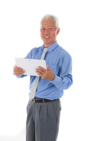 south east asian: alto sudeste asi�tico hombre de negocios la celebraci�n de una tableta
