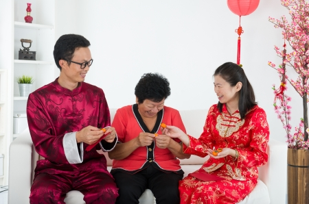 ang: chinese family celebrating lunar new year