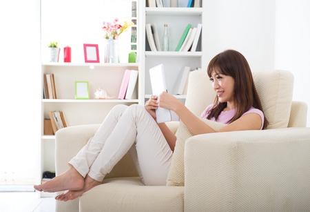 chica surf: asian girl navegar por internet con tablet pc