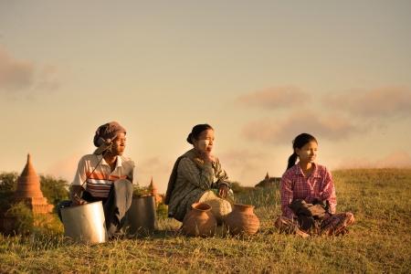 Myanmar: traditionnelle asiatique agriculteur revenant d'une rizi�re r�colte dans bagan Banque d'images