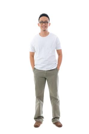 cuerpo entero: Malay indonesio masculino en ropa casual de cuerpo completo con fondo blanco aislado
