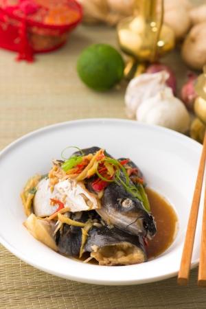south east asian: cabeza de pescado de la salsa de soja de vapor, el bagre de plata patin chino al vapor con salsa de soja y jengibre estilo. Alimentos famoso en los pa�ses del Sudeste Asi�tico