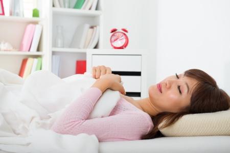 woman sleep: femenino asi�tico chino que tiene un buen sue�o en casa