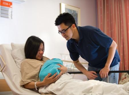 sala parto: Asiatico cinese ragazza di neonato e pap� in ospedale