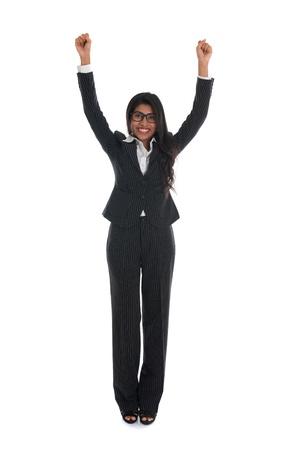 mujer cuerpo completo: asian mujer de negocios indio, celebrando el éxito con traje negro aislado en blanco
